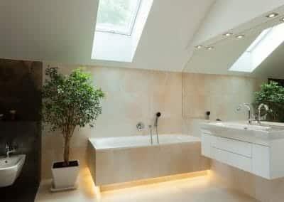 Glasbau Gerber Badezimmer Badewanne Waschbecken Blume Fotolia 71383625 S